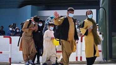 28.08.2021, Rzym, ludzie ewakuowani z Afganistanu na lotnisku Leonardo da Vinci.