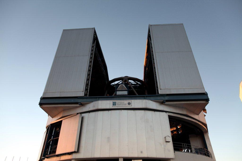 """Angelika Markul, """"400 miliardów planet"""", 2014; instalacja wideo, panele metalowe (dzięki uprzejmości artystki / Materiały prasowe Centrum Sztuki Współczesnej Zamek Ujazdowski)"""