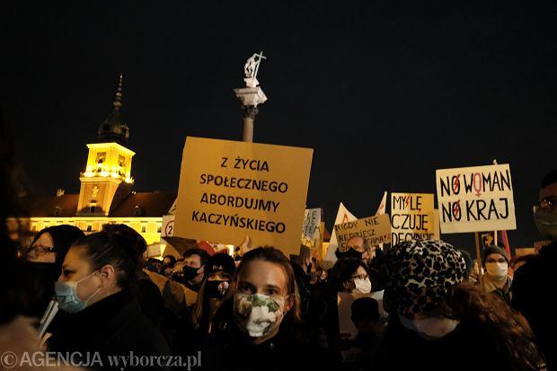 30.10.2020 Warszawa , pl  Zamkowy . Marsz na Warszawe Strajku Kobiet . Fot. Slawomir Kaminski / Agencja Gazeta