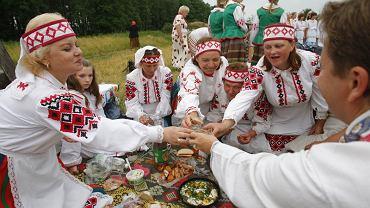 Ubrane w białoruskie stroje ludowe mieszkanki wioski Zagaje podczas toastu wznoszonego w trakcie uroczystych obchodów jednego ze świąt ludowych