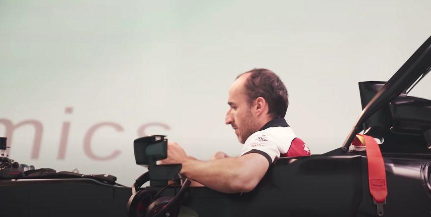 Robert Kubica przygotowujący się do przeprowadzenia symulacji możliwości bolidu F1. Źródło: YouTube