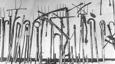 Strajk chłopski i blokady miast latem 1937 r. były brutalnie pacyfikowane przez wojsko i przybierały cechy wojny partyzanckiej z chłopskimi bandami. Śmierć poniosło kilkadziesiąt osób. Na zdjęciu: broń skonfiskowana uczestnikom rozruchów przez policję