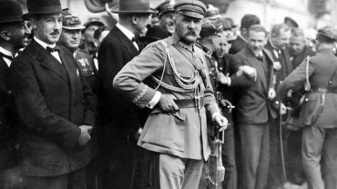 Kwiatkowski należał do związanej z piłsudczykami Polskiej Organizacji Wojskowej, ale Marszałek nie całkiem mu ufał. Na zdjęciu Piłsudski i Kwiatkowski (pierwszy z lewej) na V Zjeździe Legionistów w Kielcach w 1926 r.