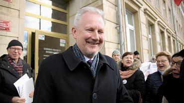 Były wiceszef KNF Wojciech Kwaśniak przed budynkiem sądu w Szczecinie