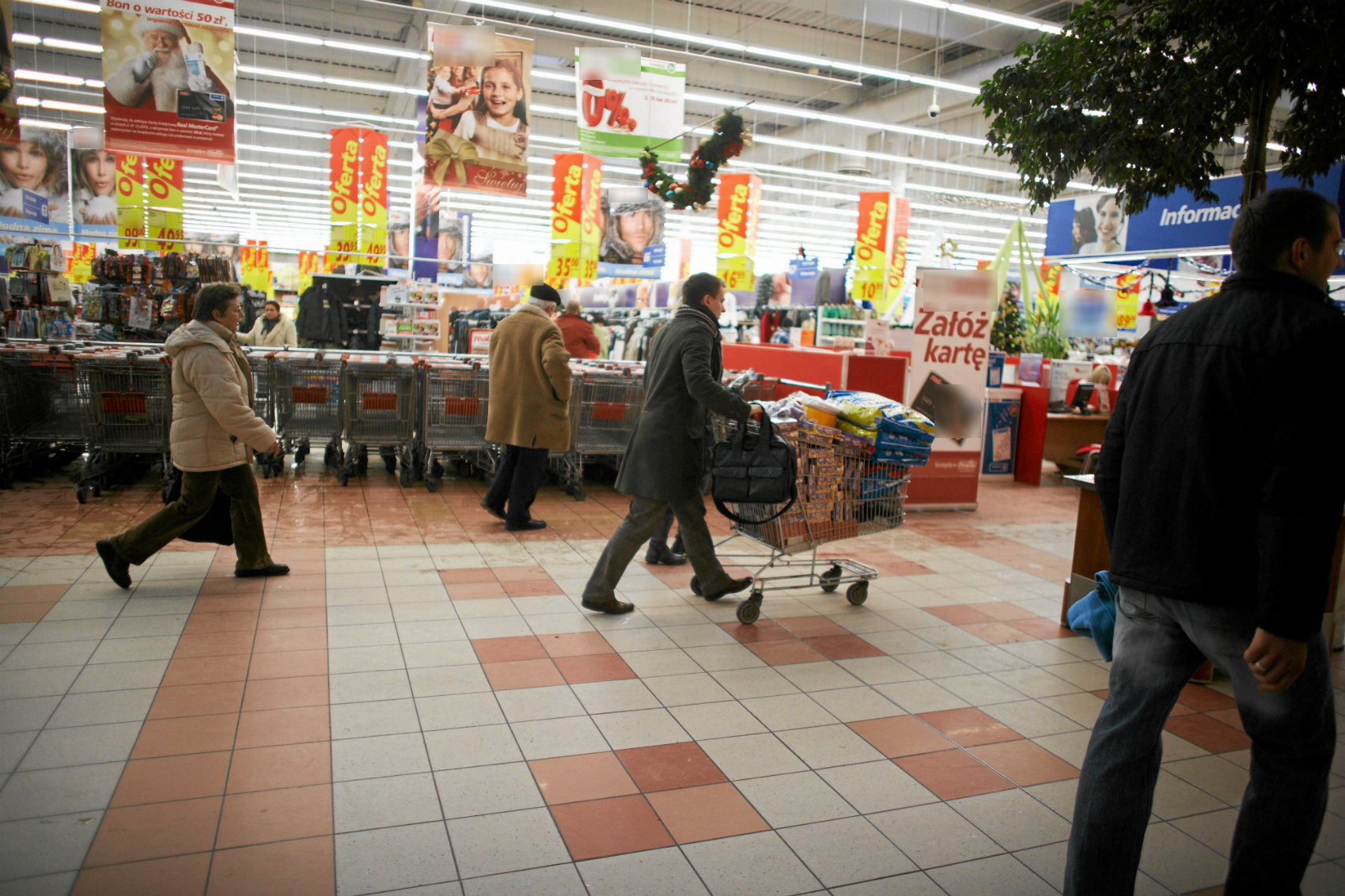 Pracownik ochrony może ująć potencjalnego złodzieja dopiero za linią kas (fot: Marcin Stępień/ Agencja Gazeta)