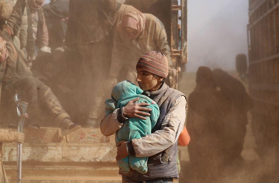 Uciekinierzy z obleganego przez koalicję Baghuz
