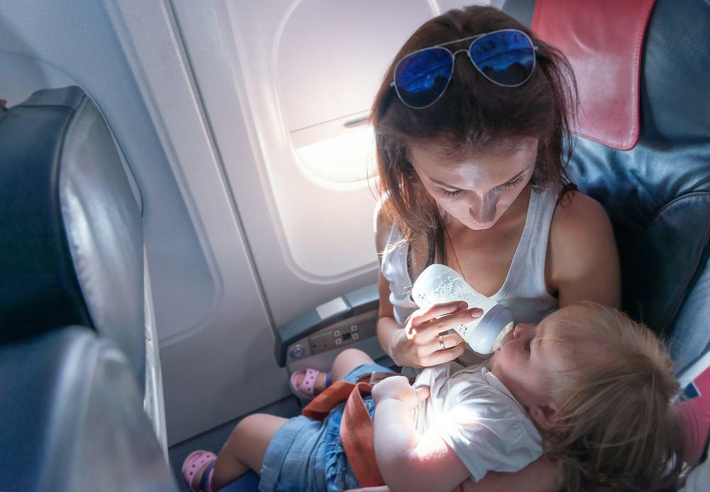 Dla wielu rodziców, którzy widzą reakcje innych pasażerów, podróż z małym dzieckiem często jest bardzo stresującym doświadczeniem