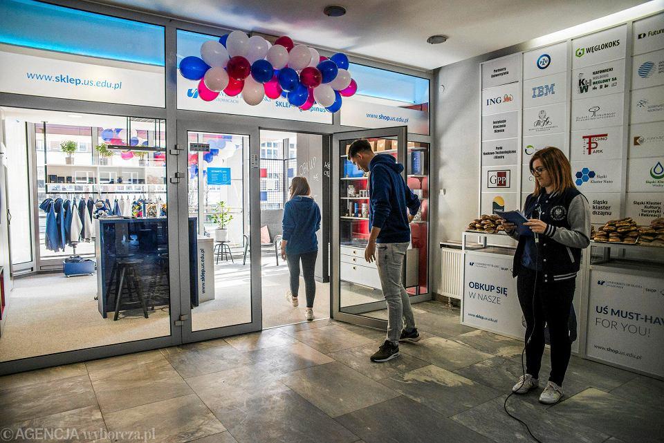 146beab27ce8c Zdjęcie numer 7 w galerii - Uniwersytet Śląski otworzył sklep z gadżetami.  Jedwabne apaszki i