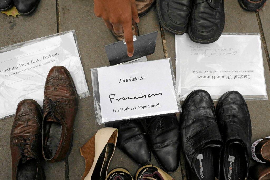 Buty papieża Franciszka wśród innych na Placu Republiki w Paryżu