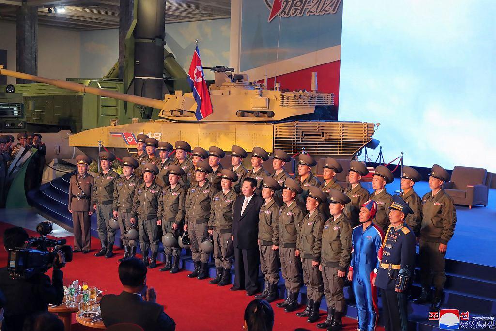 Przywódca Korei Północnej Kim Dzong Un przemawia podczas wystawy systemów uzbrojenia w Pjongjangu w Korei Północnej, 11 października 2021 r.