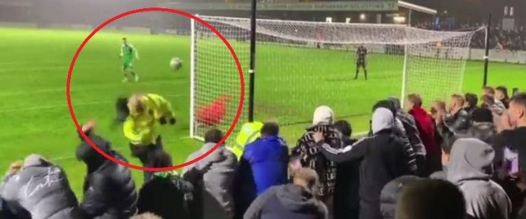 Rzut karny w FA Cup hitem sieci. Dostał w głowę, ale ustał! Żywiołowa reakcja kibiców [WIDEO]