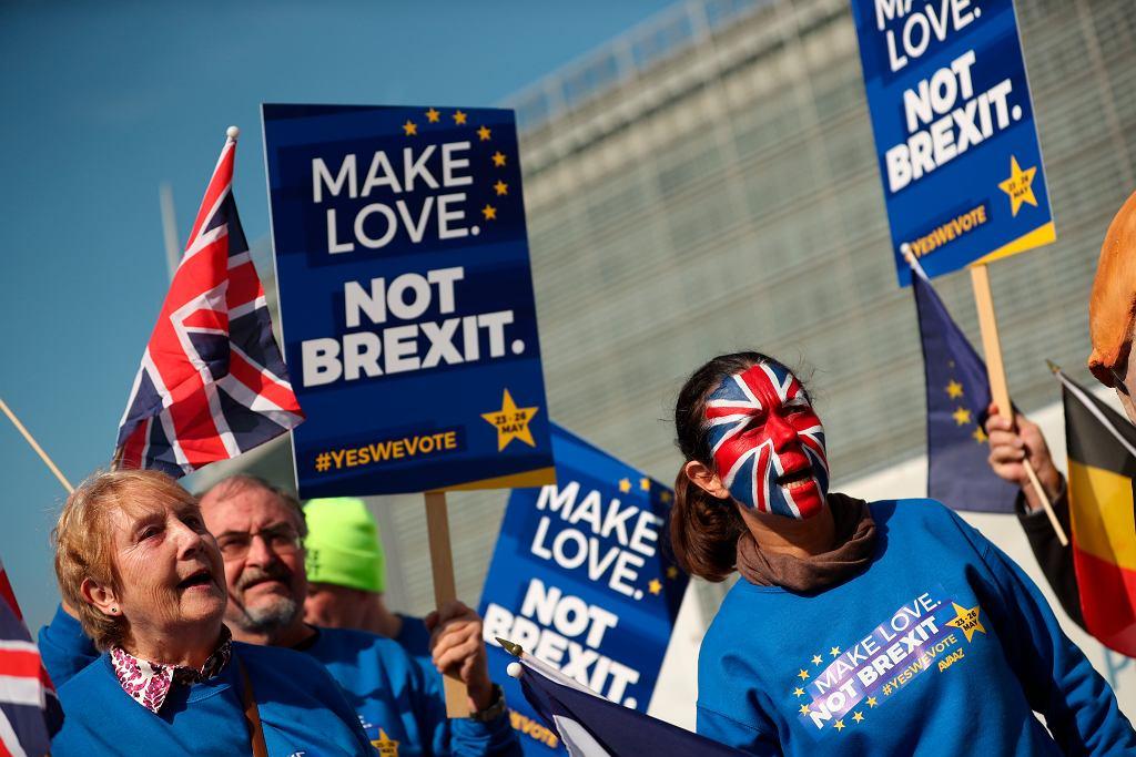 Demonstranci przed siedzibą Komisji Europejskiej w Brukseli w dniu rozpoczęcia unijnego szczytu, 21 marca
