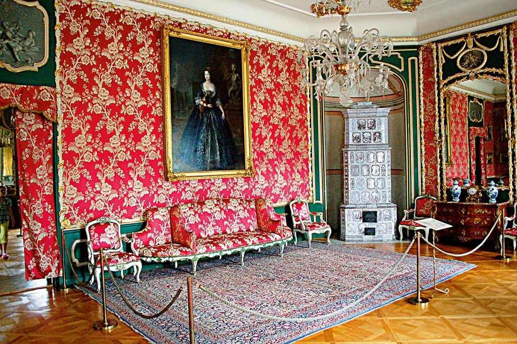 Salon Czerwony z wystrojem w stylu rokoko w dwukondygnacyjnym barokowym pałacu wNieborowie zaprojektowanym przez Tylmana zGameren