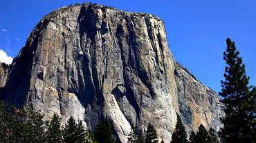 """Dwóch wspinaczy, Kevin Jorgeson i Tommy Caldwell poprowadzili drogę wspinaczkową, nazwaną przez niektórych """"wspinaczką stulecia"""". Droga """"Dawn Wall"""" ma około 900 metrów wysokości. Na zdjęciu formacja El Capitan"""