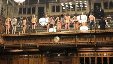 W poniedziałek aktywiści ekologiczni z grupy Extinction Rebellion zorganizowali w Izbie Gmin nietypowy protest. Weszli na galerię dla gości, rozebrali się niemal do rosołu i przykleili pośladki do szyby oddzielającej widownię od siedzących poniżej parlamentarzystów. Z gmachu wyprowadziła ich policja. Londyn, 1 kwietnia 2019