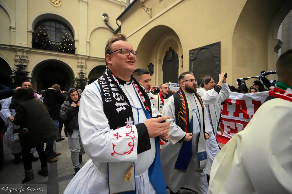 Ksiądz Jarosław Wąsowicz podczas styczniowej pielgrzymki kibiców na Jasną Górę