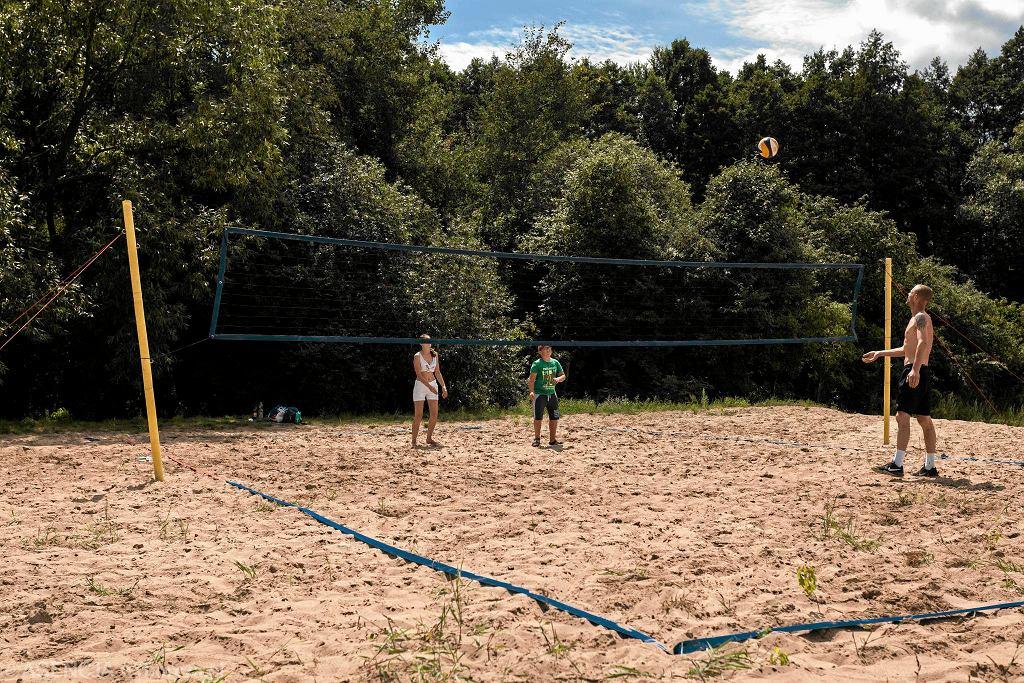 Boisko do siatkówki plażowej nad zalewem Bardowskiego na Targówku / DAWID ZUCHOWICZ