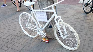 Warszawska Masa Krytyczna postawiła GhostBike'a, białego rowerowego ducha.