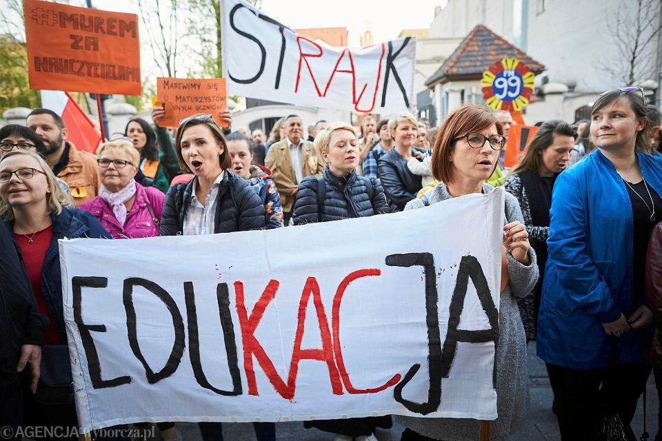 Ogólnopolski strajk Nauczycieli. Pikieta poparcia dla pedagogów - przed biurem PiS. Łódź, 18 kwietnia 2019
