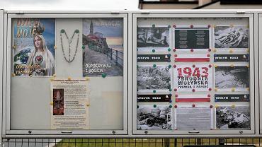 Kielce, 9 lipca 2018 roku.  Drastyczna wystawa dotycząca zbrodni wołyńskiej na tablicy informacyjnej parafii pw. Ducha Świętego