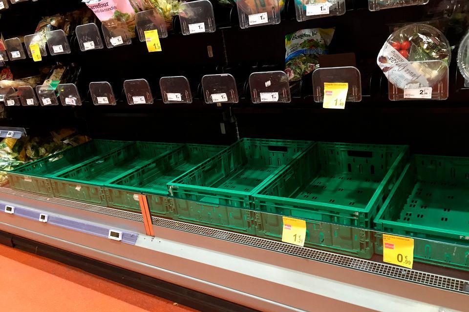 Puste półki supermarketu w Mediolanie, 23 lutego 2020 r.