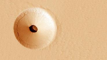 Tajemniczy otwór może prowadzić do jaskini, która w teorii jest dobrym miejscem dla marsjańskiego życia.