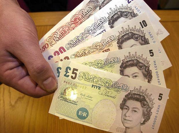 Anglia zaskakuje. Taniejący funt nakręcił eksport i turystykę