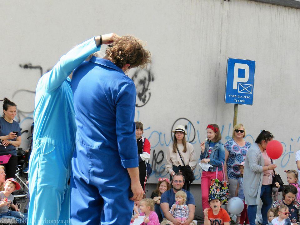 Zdjęcie numer 87 w galerii - Wielka zabawa na niezwykłej ulicy. Teatralna bawi się na całego [ZDJĘCIA]