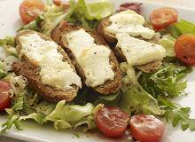 Grzanki z kozim serem na sałacie - ugotuj