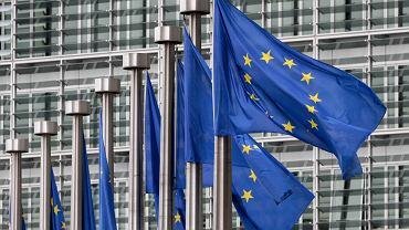 Flagi Unii Europejskiej przed siedzibą Komisji Europejskiej w Brukseli.
