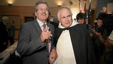 """Bronisław Komorowski i o. Leon Wiśniewski podczas konferencji """"Korzenie Solidarności"""" w 2009 roku"""