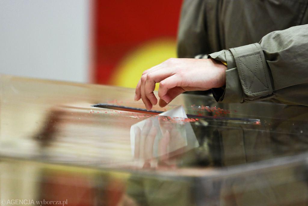 W przypadku wyborów korespondencyjnych odpowiednikiem wrzucenia głosu do urny jest wrzucenie koperty z głosem i oświadczeniem do specjalnej skrzynki