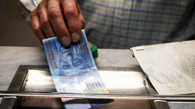 Średni kurs walut NBP - 20.08. Frank powyżej 4 zł, ale może być jeszcze drożej [kurs dolara, funta, euro, franka]