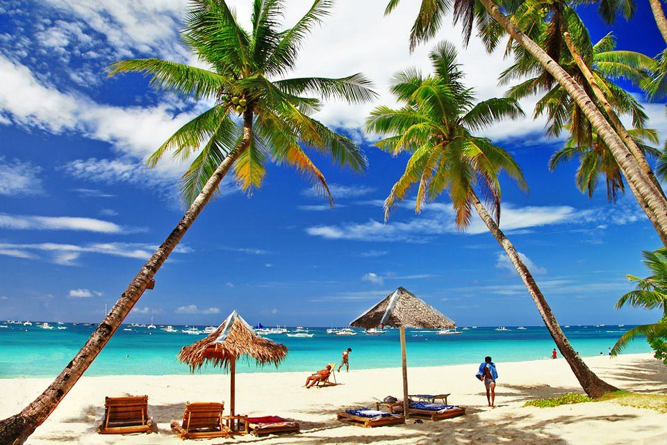 Podróż tam to spotkanie z soczystą zielenią roślinności, lazurowym morzem i białymi plażami o pudrowym piasku. Rajskich wysp na naszej planecie nie brakuje. Szkoda tylko, że są tak odległe i dla wielu muszą pozostać pięknym marzeniem... Boracay, Filipiny. Boracay to filipińska wyspa, której białe plaże zajmują czołowie miejsca w rankingach na najpiękniejsze plaże świata. Panują tu też doskonałe warunki do uprawiania żeglarstwa, windsurfingu i nurkowania. Wyspa Boracay przed rokiem 1970 nie istniała praktycznie na żadnej mapie turystycznej, dziś jest jednym z najpopularniejszych miejsc na Filipinach. Mimo dużej liczby turystów, białe plaże Boracay nie tracą uroku.