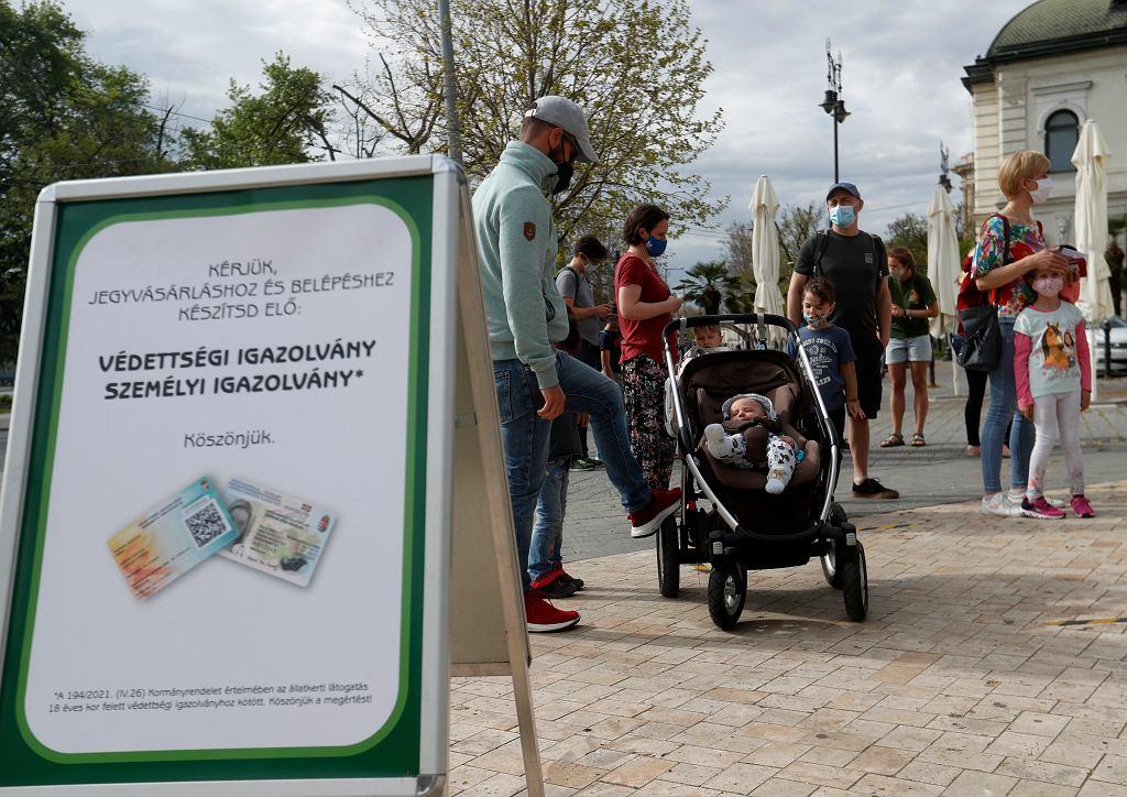 Węgry wprowadziły wewnętrzne 'paszporty covidowe'