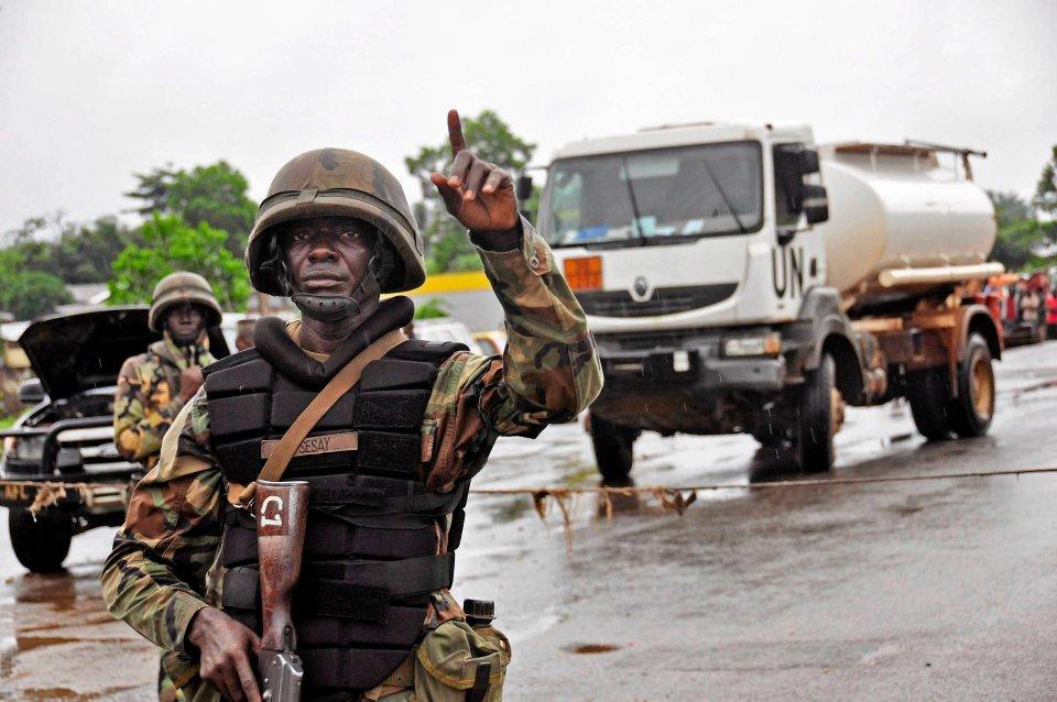 Liberyjscy żołnierze w punkcie kontrolnym. Kordon sanitarny ma powstrzymać rozprzestrzenianie epidemii.