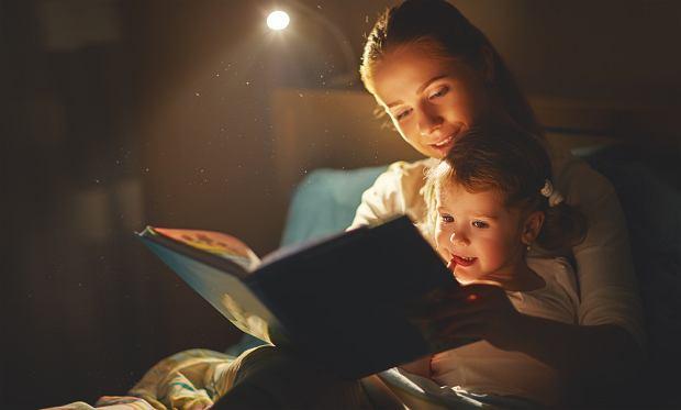 Wspólne czytanie to dobry sposób na zakończenie dnia. Wybierz dla swojego dziecka książeczki, które rozbudzą jego ciekawość!