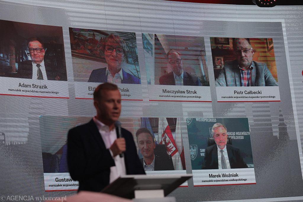 Debata marszałków na Gali Supermiasta. Na pierwszym planie prowadzący Grzegorz Kubicki, szef trójmiejskiego oddziału 'Wyborczej'