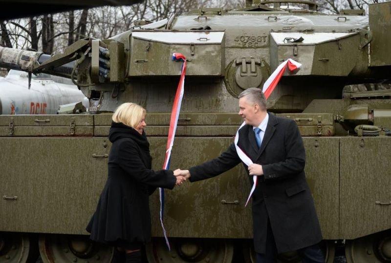 Szef MON Tomasz Siemoniak i minister obrony Holandii Jeanine Hennis-Plasschaert podczas uroczystość przekazania czołgu w MWP