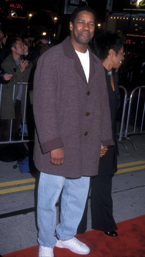 "03/14/2000 - Denzel Washington with wife Pauletta - ""Erin Brockovich"" Los Angeles Premiere - Arrivals - Mann's Village Theater - Westwood, CA. USA - Keywords: Denzel Washington with wife Pauletta - False -  - Photo Credit: Albert L. Ortega / PR Photos - Contact (1-866-551-7827)"