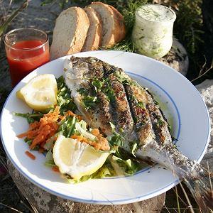 Ryba pieczona na kamieniach