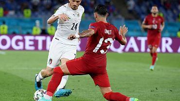 Euro 2020. Alessandro Florenzi (L) i Umut Meras (C) podczas meczu Włochy - Turcja.