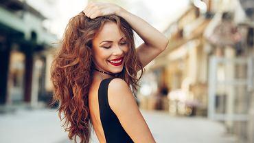 Kręcone włosy - trendy na jesień 2019. Jak o nie dbać, żeby zachowały piękny skręt? Modne fryzury