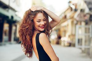 Kręcone włosy - trendy na jesień 2019. Jak o nie dbać, żeby zachowały piękny skręt?