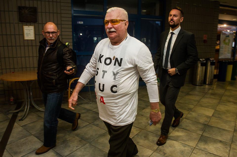 17580518c Lech Wałęsa zagłosował w koszulce z napisem 'Konstytucja'