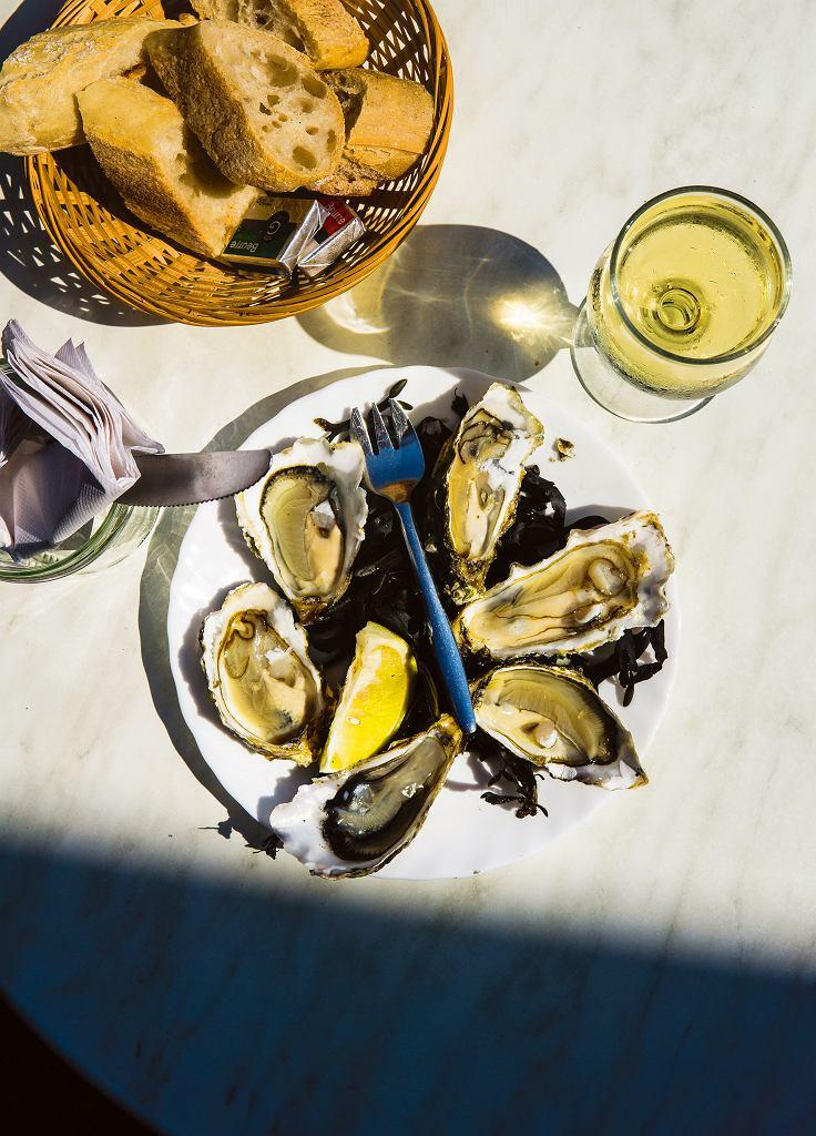 Ostrygi z solonym masłem z Chez Jean-Mi na targu Capucins