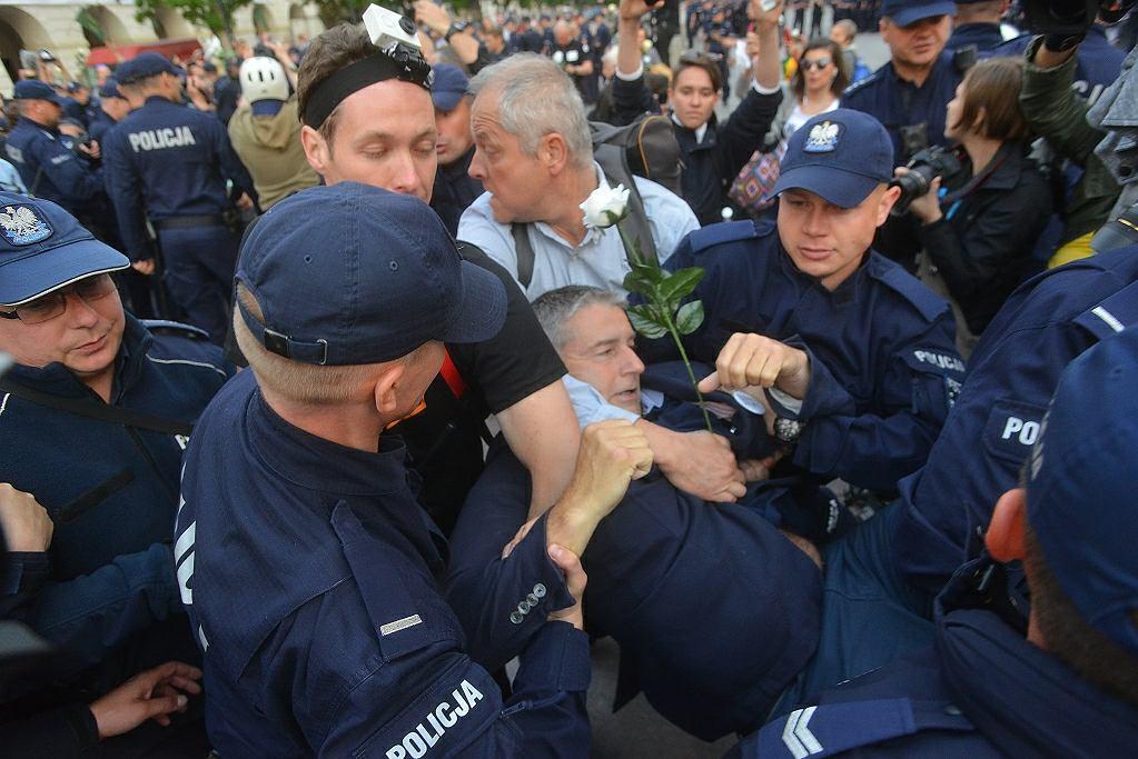 Czerwiec 2017 r., Warszawa, Władysław Frasyniuk blokuje miesięcznicę smoleńską