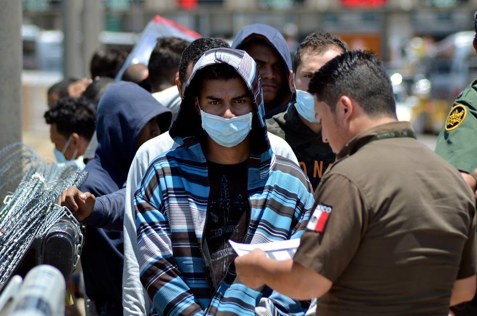 Sąd Najwyższy pozwolił Trumpowi na rewolucję w przyznawaniu azylu Nowe zasady pozwalają odmawiać azylu osobom, które dostały się do USA przez inny kraj, gdzie mogły wystąpić o ochronę, np. Meksyk. Na zdjęciu: migranci na granicy Meksyk-USA, 25 lipca 2019