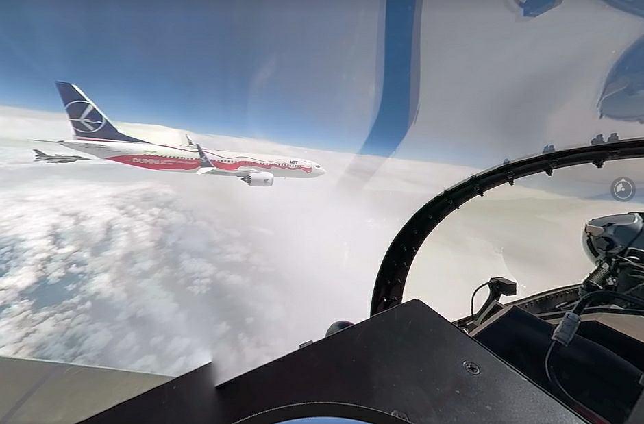Kadr z nagrania wideo 360 z przechwycenia i asysty boeinga B737