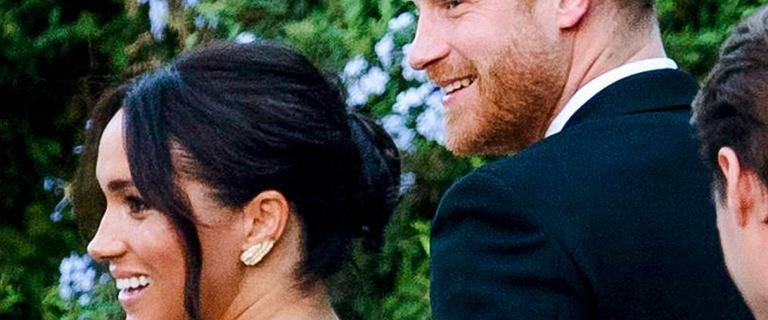 Meghan Markle i książę Harry na ślubie przyjaciół. Księżna wybrała odważną kreację